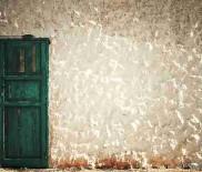 Эко-минимализм: зеленая дверь в белой стене